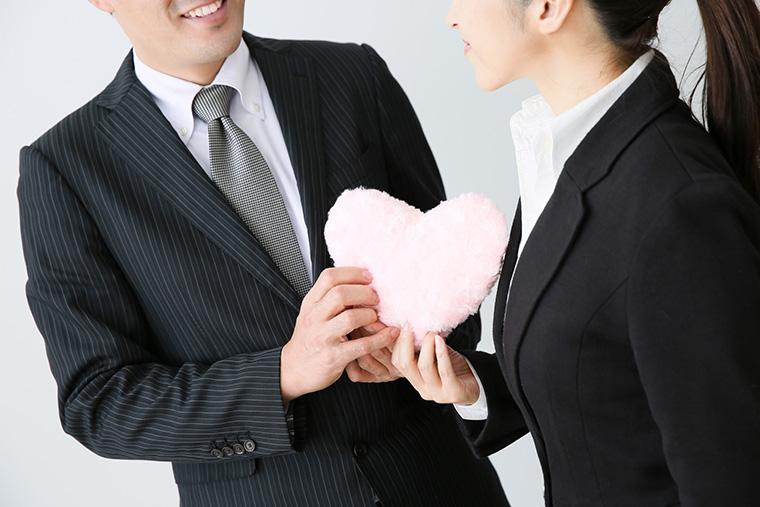 夫が職場で不倫!職場内不倫の特徴と妻が取るべき対応